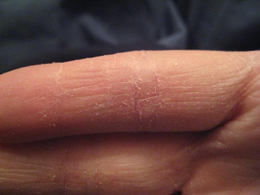 nedvesedni az ujjai között